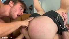 Alex Hawk - Gym Hookup: Newcomer Luke Hudson Fists Alex Hawk | Picture (19)